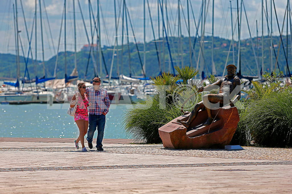 Holidaymakers on the background of yachts on Lake Balaton in Hungary — Image 49774