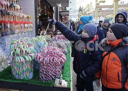 Дети выбирают конфеты