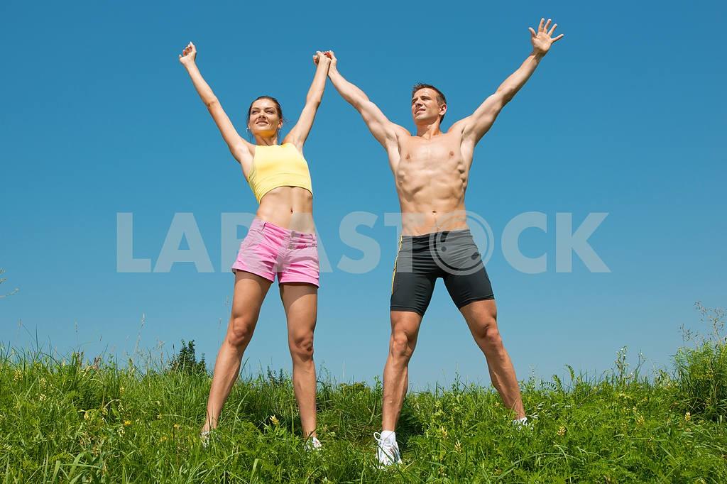 Молодые любви пара, улыбаясь в голубое небо — Изображение 5010