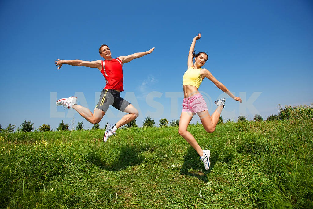 Happy people is jumping in field — Image 5013