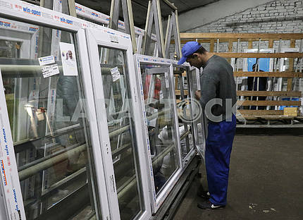 The worker collects windows in Ugledar