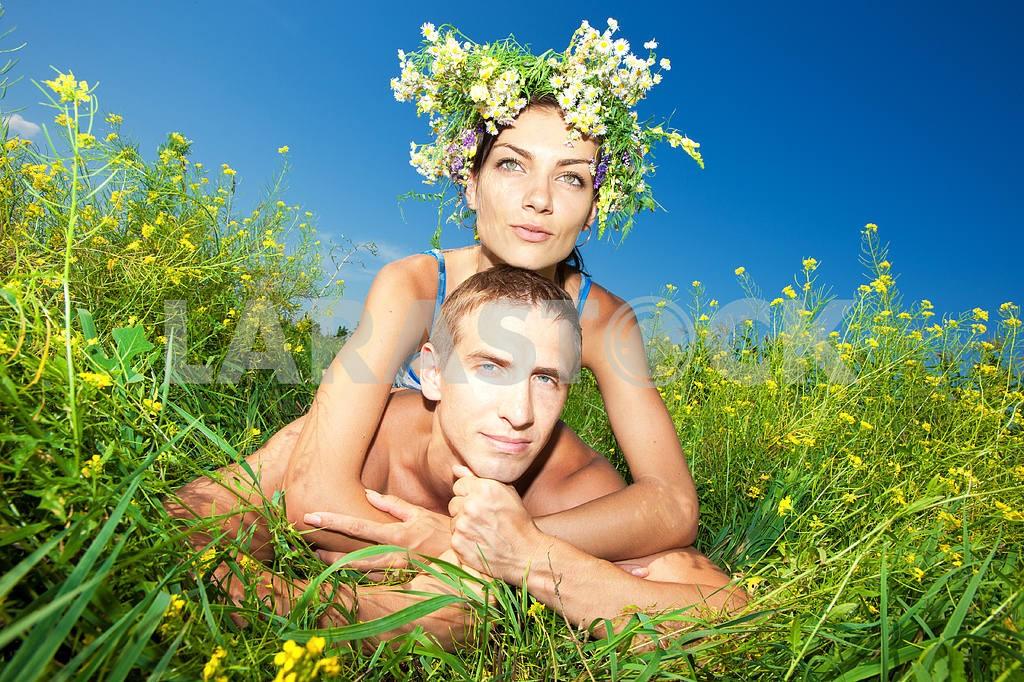 Молодые любви пара, улыбаясь в голубое небо — Изображение 5015
