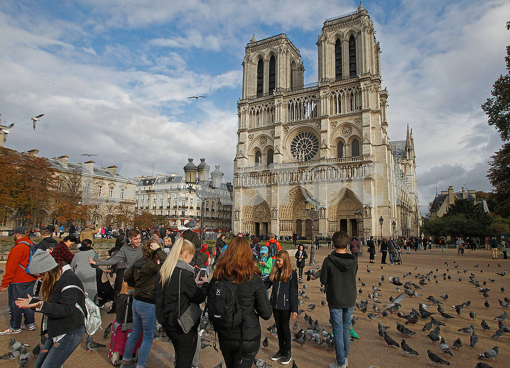 Area of John Paul II and Notre Dame Cathedral — Image 50160