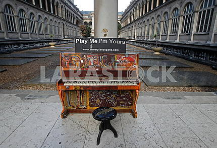 Piano in the courtyard of the hospital