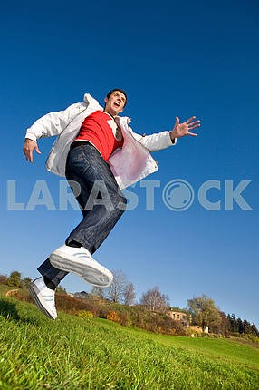 Счастливый молодой человек - прыжки в голубое небо