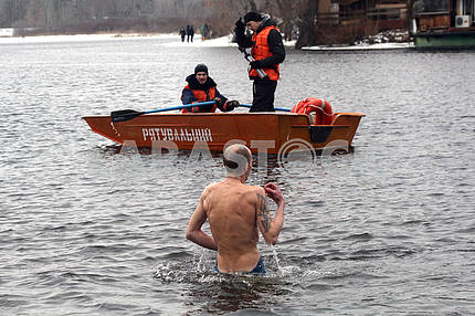 Морж и спасатели на Днепре зимой