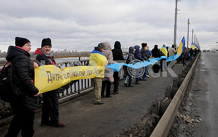 Celebrating the Day of Unification on the Paton Bridge