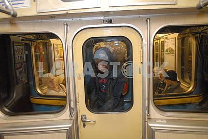 парень едет между вагонами