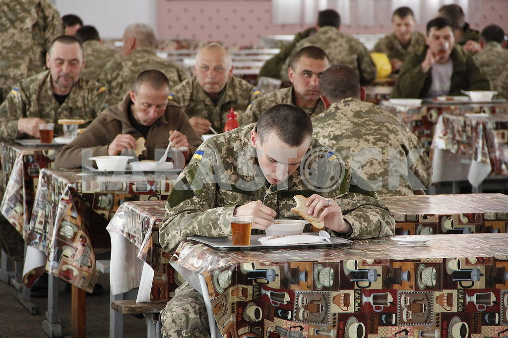 Eating in a soldier's canteen — Image 50647