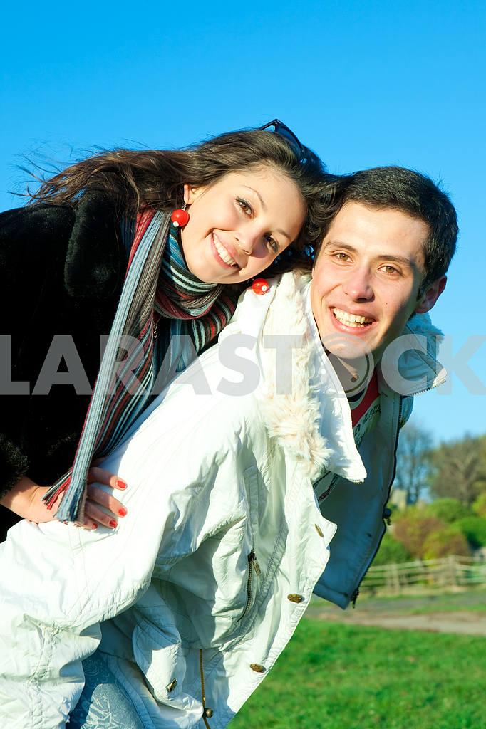 Молодые любви пара, улыбаясь в голубое небо — Изображение 5071