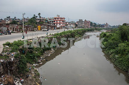 На берегах мертвой реки Багмати горы мусора.