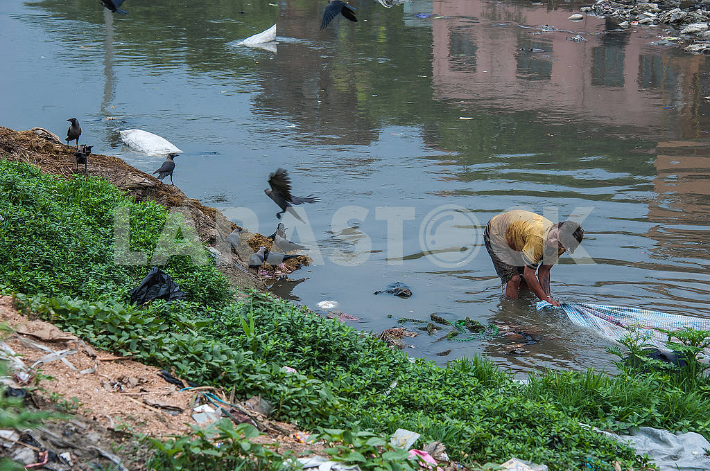Man erases dead tissue in the river Bagmati — Image 50777