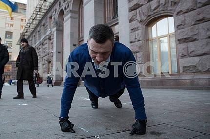 Виталий Кличко 22 раза отжался в поддержку военных АТО