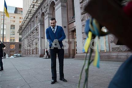 Виталий Кличко 22 раза отжался на Крещатике