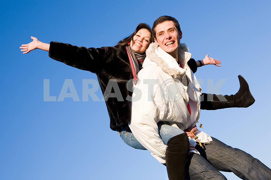 Молодые любви, пара , улыбаясь в голубое небо — Изображение 5079