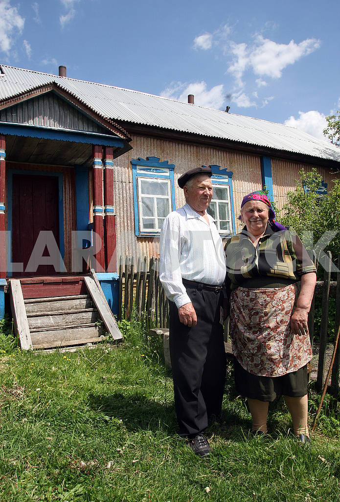 Пожилые люди во дворе своего дома — Изображение 50849