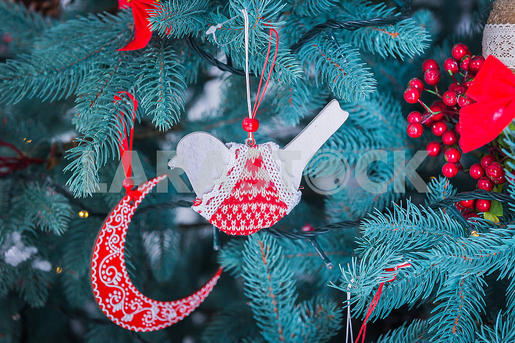 Pine-tree decoration stylish, red  and white bird and moon, Christmas tree close-up — Image 50880