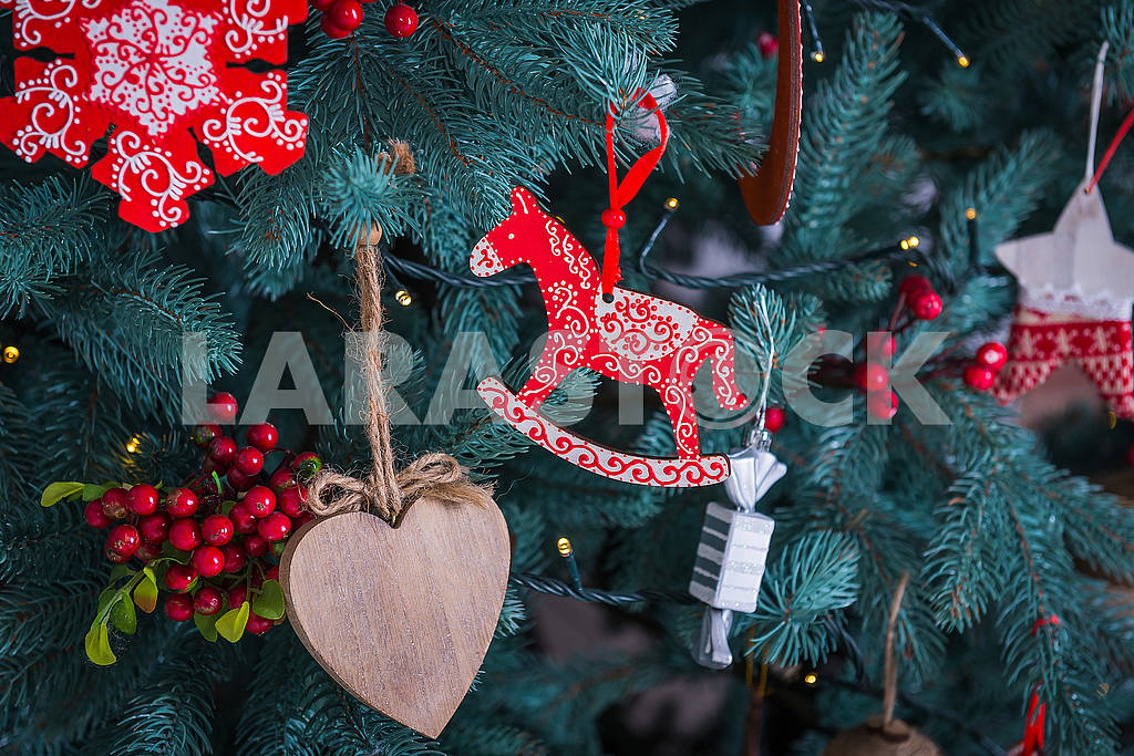 Pine-tree decoration stylish, red  and white horse and a heart, Christmas tree close-up — Image 50883