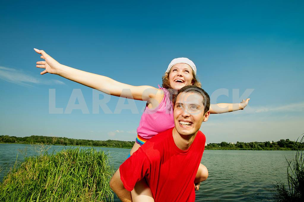 Молодые любви пара, улыбаясь в голубое небо — Изображение 5113