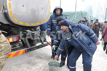 Співробітники ДСНС допомагають жителям Авдієвки