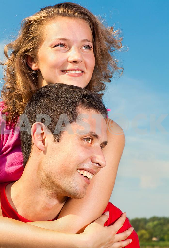 Молодые любви пара, улыбаясь в голубое небо — Изображение 5118
