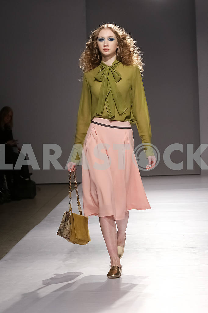 Model in an olive blouse and a padded skirt from Gres — Image 51211