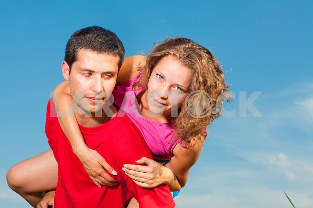 Молодые любви пара, улыбаясь в голубое небо — Изображение 5122