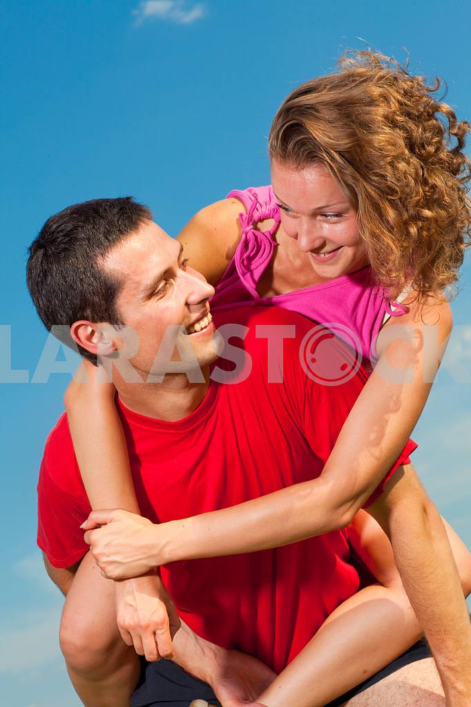 Молодые любви пара, улыбаясь в голубое небо — Изображение 5123