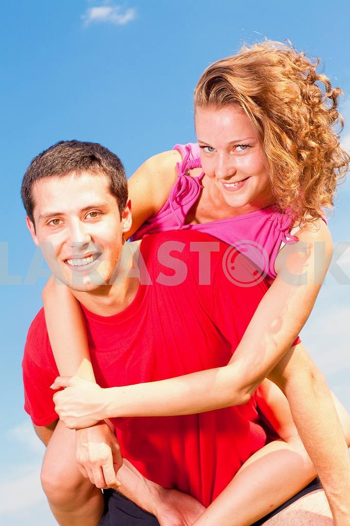 Молодые любви пара, улыбаясь в голубое небо — Изображение 5124