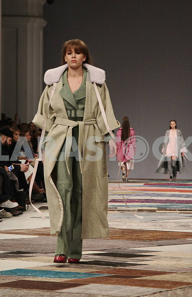 Model in an olive coat — Image 51254
