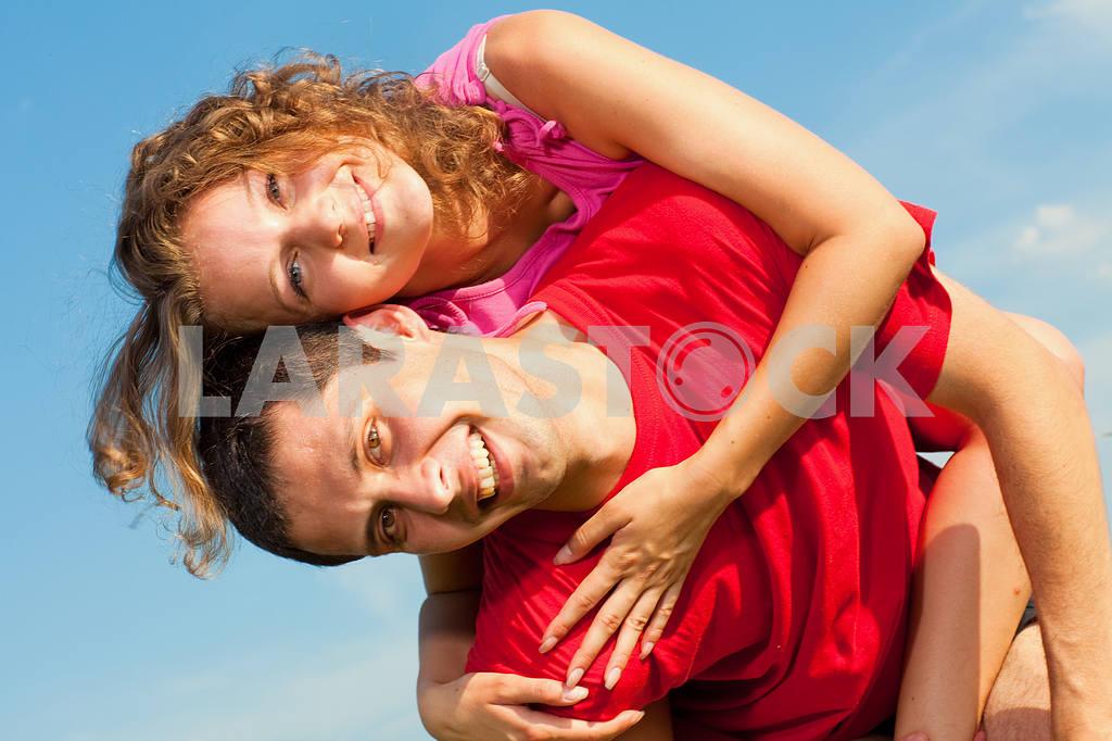 Молодые любви пара, улыбаясь в голубое небо — Изображение 5126