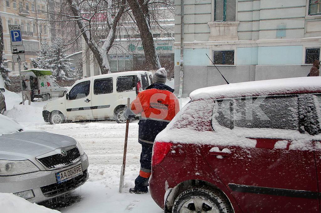 Parker cleans the snow — Image 51268
