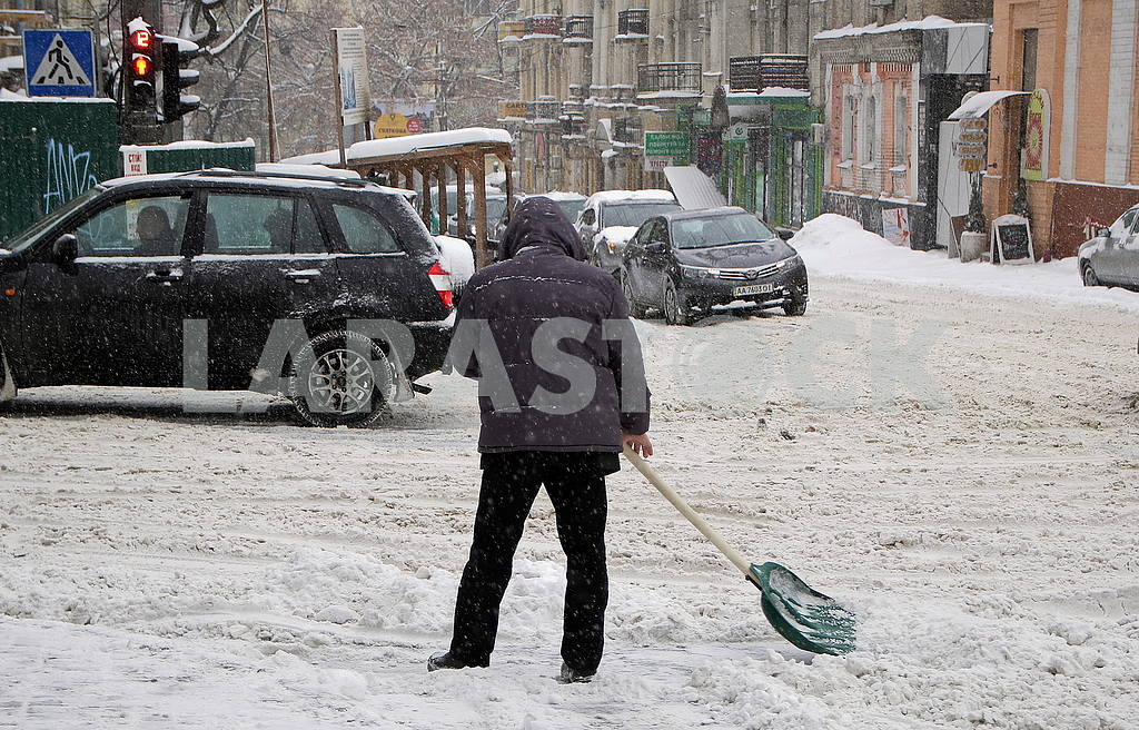 A man is cleaning the snow with a shovel in Kiev — Image 51269