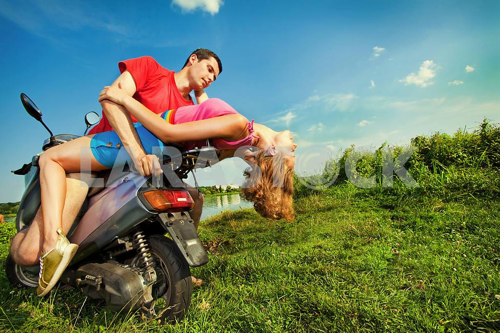 Молодые любви пара, улыбаясь в голубое небо — Изображение 5127