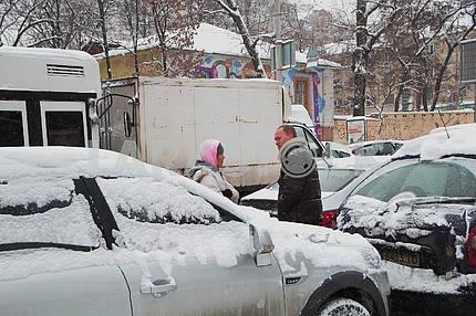 Заснеженные машины в Киеве
