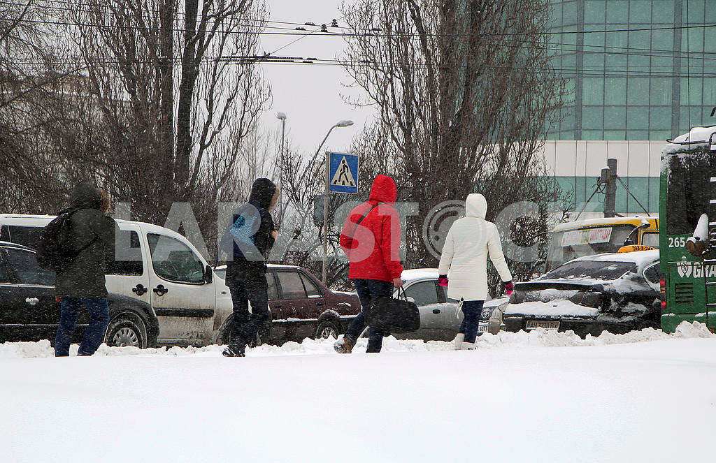 People walk along the snow-covered street — Image 51279