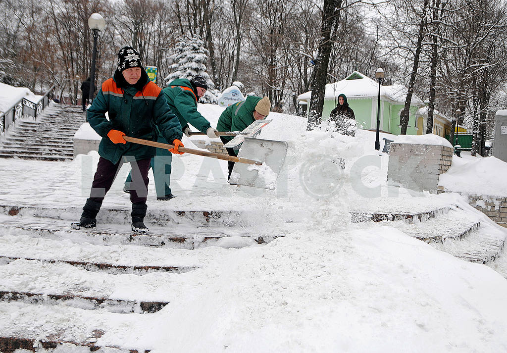Shevchenko Park. People are cleaning the snow — Image 51287