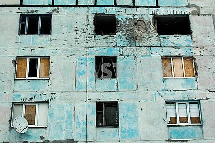 Обстрелянное здание в Авдеевке