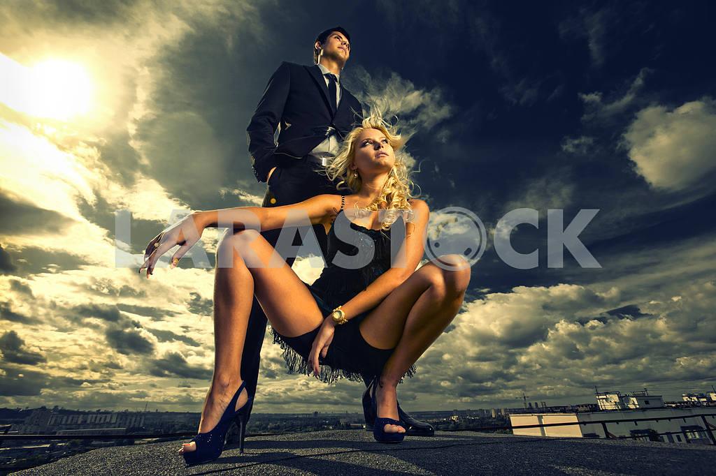 Молодые любви пара, улыбаясь в голубое небо — Изображение 5143