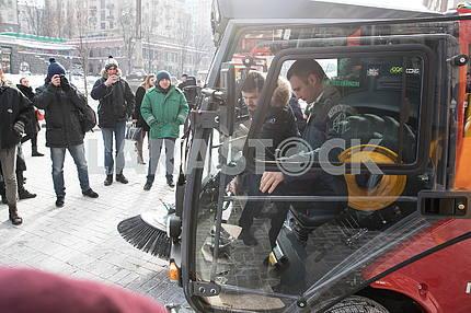 Виталий Кличко опробовал вакуумную уборочную машину