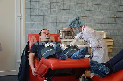 Сотрудники ГСЧС сдают кровь