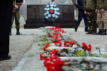 """Покладання квітів до пам'ятника """"Ск"""