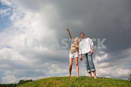 Молодая пара, ходить через летом газон