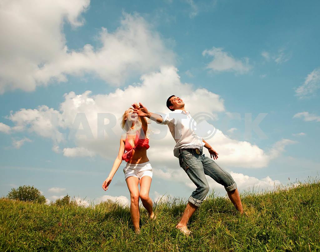 Молодые любви пара, улыбаясь в голубое небо — Изображение 5174