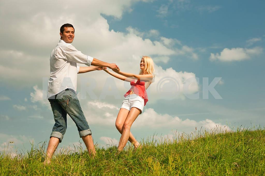 Молодые любви пара, улыбаясь в голубое небо — Изображение 5183