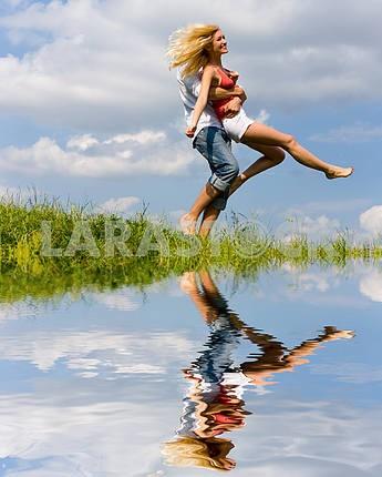 Молодые любви, пара веселятся на весенний луг