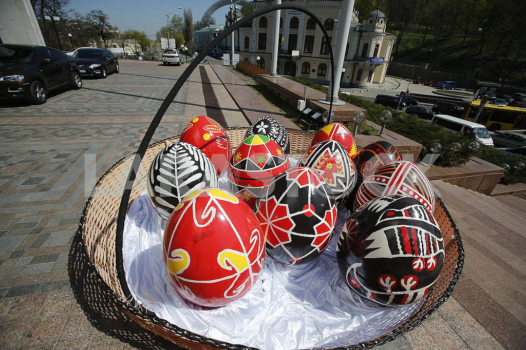 Basket with Easter eggs in Kiev — Image 51933