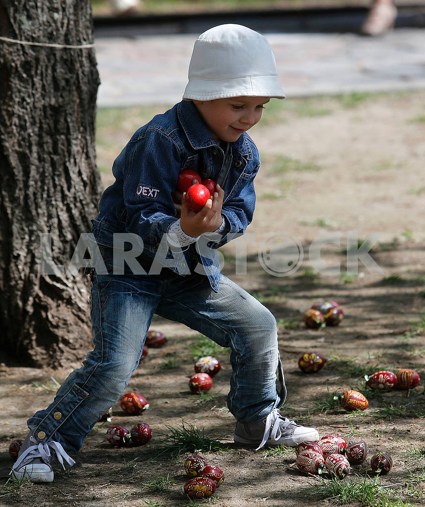 The boy collects pysanka — Image 51941