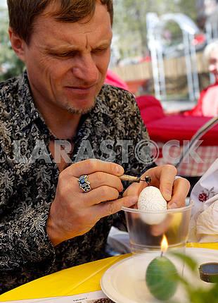 Oleg Skripka paints an egg