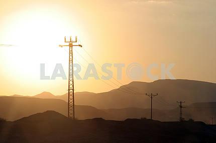 Линии электропередач и массив электрических опор в Иудейской пустыне